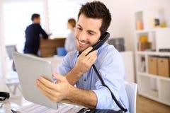 Mens op de telefoon in bureau royalty-vrije stock foto