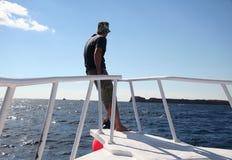 Mens op de varende boot Stock Foto