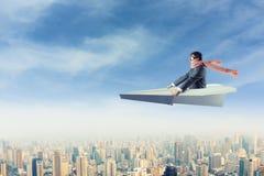 Mens op document vliegtuig boven de stad Royalty-vrije Stock Afbeelding
