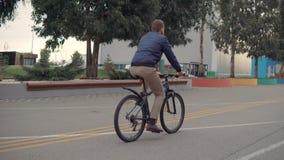 Mens op een alleen fiets stock videobeelden