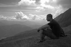 Mens op een berg stock afbeelding