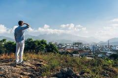 Mens op een bovenkant van een heuvel Stock Afbeeldingen