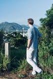 Mens op een bovenkant van een heuvel Stock Fotografie