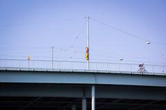 Mens op een brug met fiets Stock Foto's