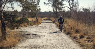 Mens op een fiets in aard stock fotografie