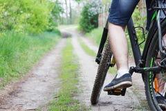 Mens op een fiets op de manier Stock Foto