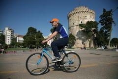 Mens op een fiets op Nikis-Weg Stock Foto's