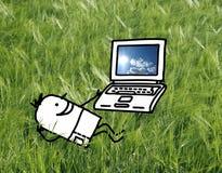 Mens op een gebied met laptop Stock Foto