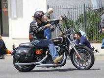 Mens op een Harley royalty-vrije stock afbeelding