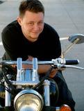 Mens op een motorfiets Stock Afbeeldingen