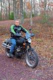 Mens op een Motorfiets Stock Foto's