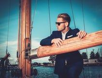 Mens op een regatta Stock Fotografie