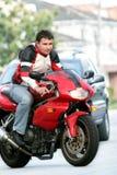 Mens op een rode fiets royalty-vrije stock afbeeldingen