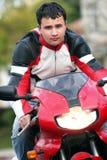 Mens op een rode fiets royalty-vrije stock foto