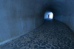 Mens op eind van tunnel stock afbeelding
