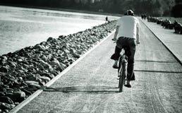 Mens op fiets Stock Fotografie