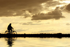 Mens op fiets Royalty-vrije Stock Afbeeldingen