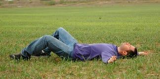 Mens op gras stock afbeeldingen