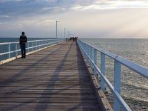 Mens op Hervey Bay-pier stock foto