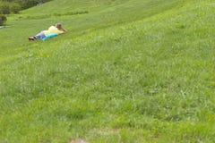 Mens op het gras Stock Fotografie