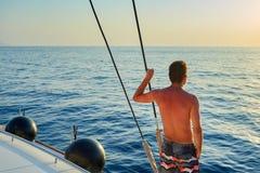 Mens op het Jacht royalty-vrije stock afbeelding