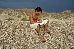 Mens op het strand royalty-vrije stock fotografie