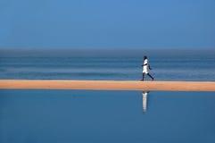 Mens op het strand Royalty-vrije Stock Afbeelding