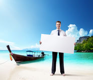 Mens op het strand met lege in hand raad Stock Foto's