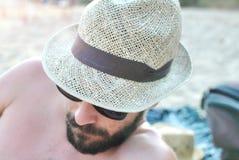Mens op het Strand met Straw Hat Stock Afbeeldingen