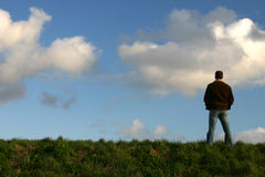 Mens op heuveltop Royalty-vrije Stock Foto's