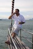 Mens op jacht met mobiele telefoon en wijn Royalty-vrije Stock Foto's