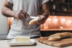 Mens op keuken Stock Fotografie