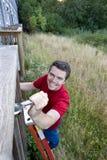 Mens op Ladder - Verticaal stock fotografie