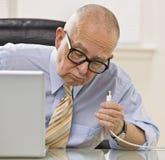 Mens op Laptop Royalty-vrije Stock Afbeelding