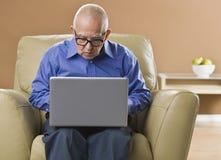 Mens op Laptop royalty-vrije stock afbeeldingen
