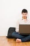 Mens op laptop stock afbeeldingen