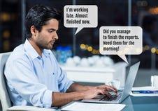 Mens op laptop die laat met praatjebellen werken Stock Afbeelding