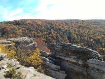 Mens op Ledge Overlooking de Allegheny-Bergvallei in West-Virginia stock fotografie