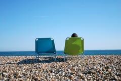 Mens op ligstoel Royalty-vrije Stock Afbeelding