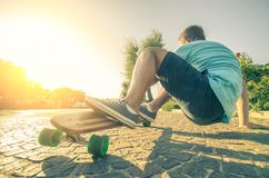 Mens op longboard bij zonsondergang Stock Afbeeldingen