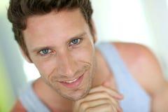Mens op middelbare leeftijd met blauwe ogen in badkamers Royalty-vrije Stock Afbeelding