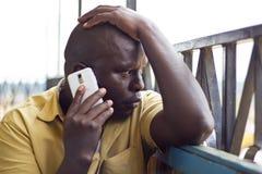 Mens op mobiele telefoon Royalty-vrije Stock Afbeelding