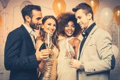 Mens, op nieuwe jaar of verjaardagspartij het openen fles champagne royalty-vrije stock afbeeldingen