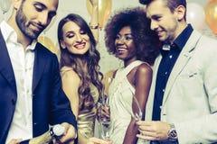 Mens, op nieuwe jaar of verjaardagspartij het openen fles champagne stock afbeelding