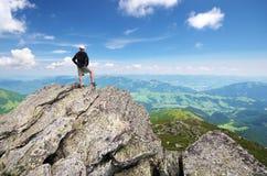 Mens op piek van berg stock afbeelding