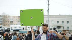 Mens op politieke vergadering met banner met punten voor het volgen aan exemplaar ruimteteksten stock footage