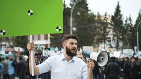 Mens op politieke vergadering met banner met punten voor het volgen aan exemplaar ruimteteksten stock video
