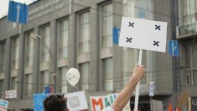 Mens op politieke vergadering met banner met punten voor het volgen aan exemplaar ruimteteksten stock videobeelden