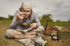 Mens op reis die en in aard ontspannen koken royalty-vrije stock afbeelding