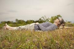 Mens op reis die en in aard ontspannen leggen stock fotografie